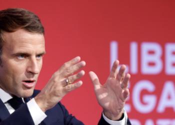 Emmanuel Macron faisant un discours