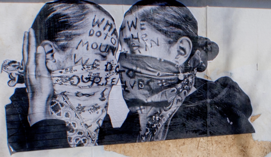 Affiche de deux femmes qui s'enlassent, le visage masqué.