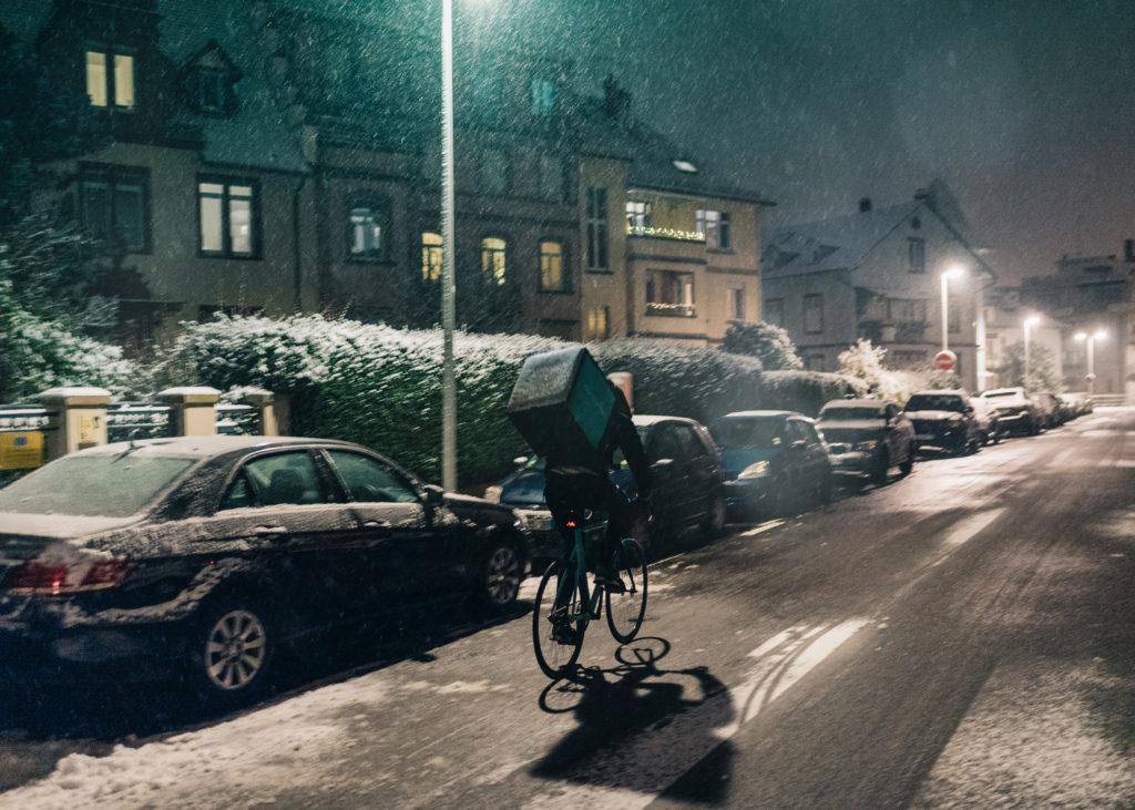 photo d'un livreur sous la neige