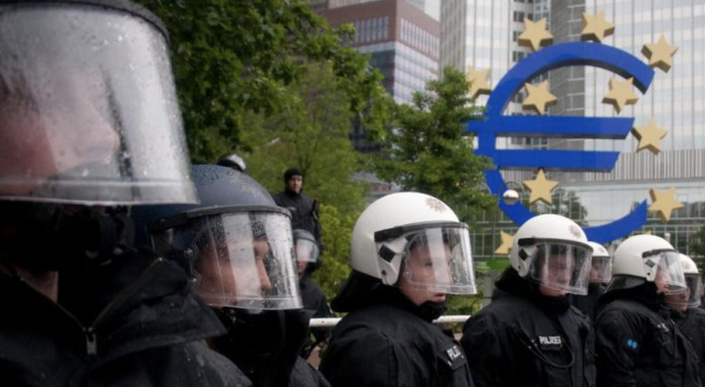 Policiers devant la BCE.