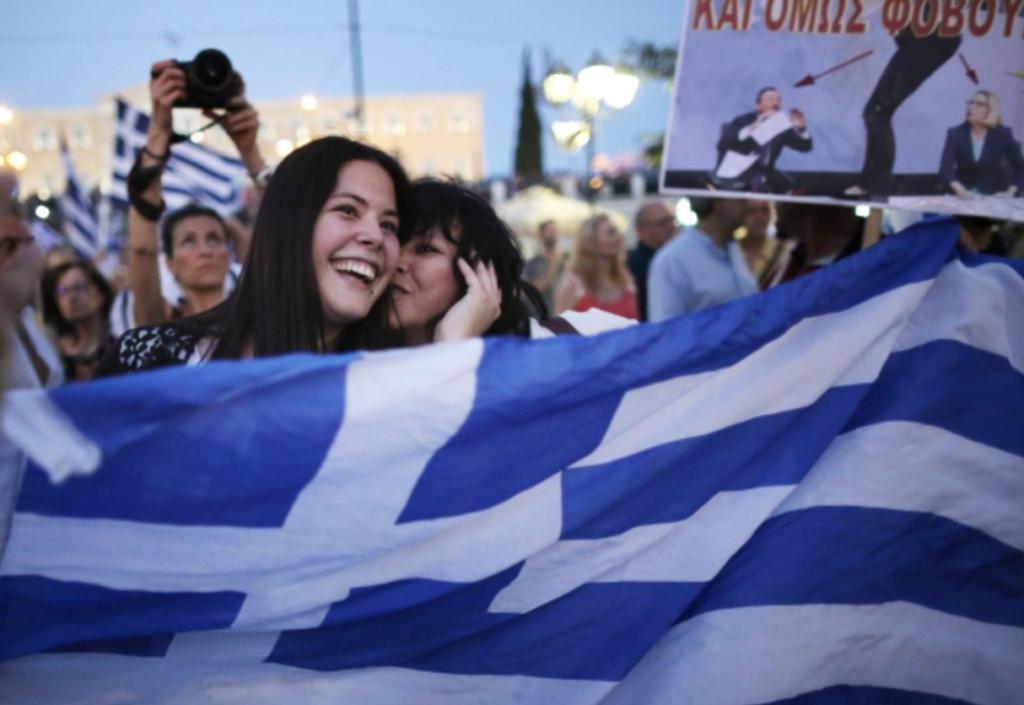 jeunes paradant avec le drapeau grec.