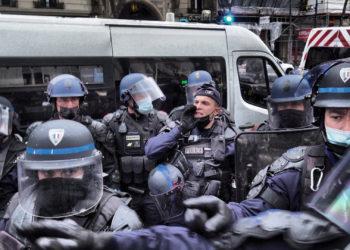 Photo d'un groupe de policiers stationnés aux abords d'une manifestation