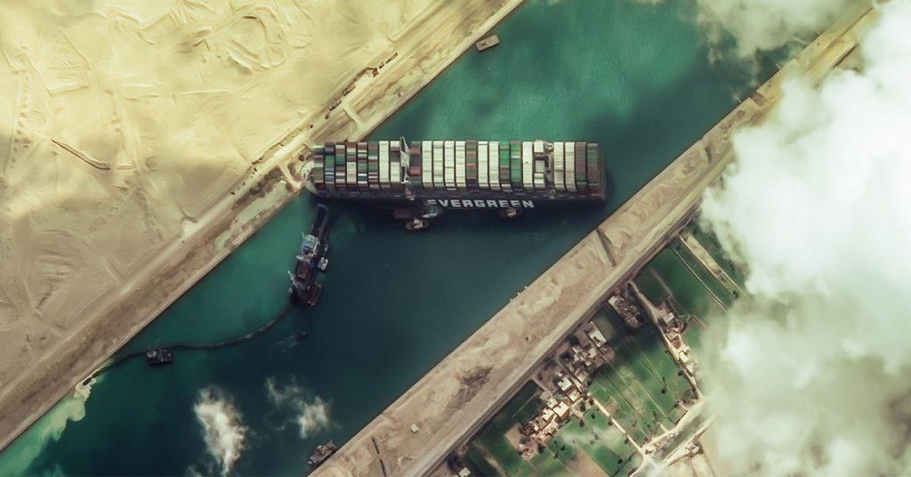 Un bateau de + de 400 mètres bloquant le canal de Suez suite à des vents violents et une tempête de sable