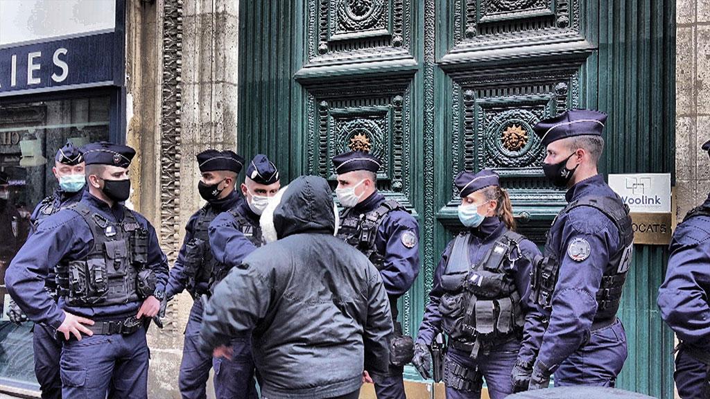 Manifestants et policiers devant le domicile de Pierre-Jean Chalençon